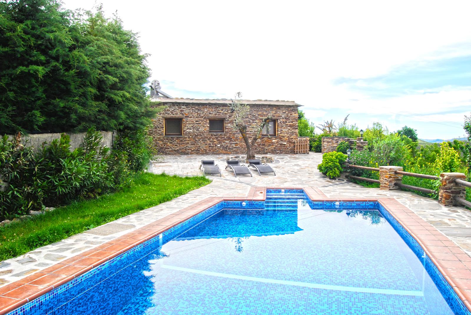 Casas rurales alpujarra cortijo en pitres granada for Alberca con jardin
